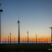 Windräder vor Abendhimmel in der Börde